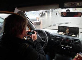 Водители маршруток в Астрахани смотрят кино за рулём