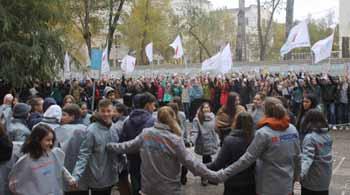 Активисты Народного фронта в рамках дорожного проекта ОНФ провели масштабный флешмоб в Астрахани