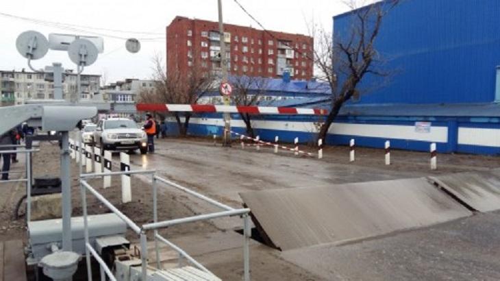 В Астрахани опять закрывают железнодорожный переезд