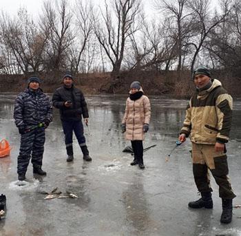 Астраханские чиновники занялись агитацией и пропагандой на льду