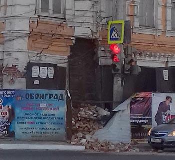 Жильцов рухнувшего дома по Бакинской выселят в маневренный фонд против их воли