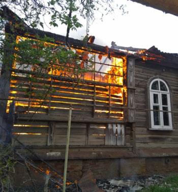 В Астрахани сгорело авто и дом: спасены 10 человек