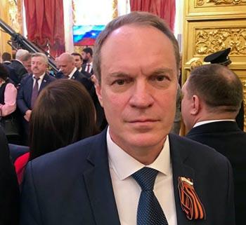 Сенатор Башкин обратил внимание земляков на астраханский герб в Большом Кремлёвском дворце