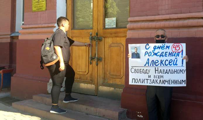 Астраханский общественник задержан за поздравление Навального с днем рождения