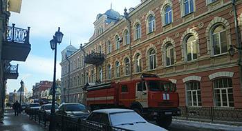 В Астрахани улицу Никольскую перекрыли из-за пожара
