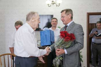 Александр Жилкин поздравил ветерана Александра Кузнецова с 75-летием формирования 28-й Армии