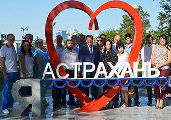 Любовь собрала первых лиц Астрахани на набережной