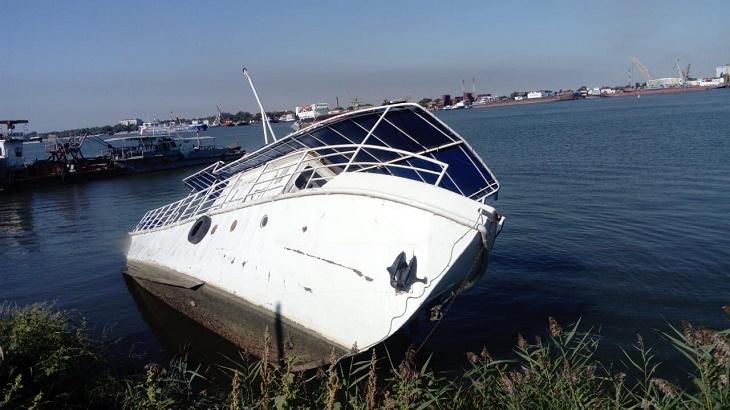 Затонувшее в астраханском порту судно угрожает Волге