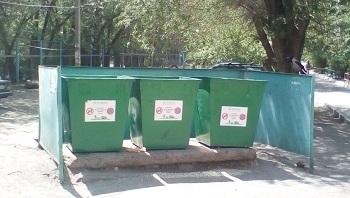 На улицах Астрахани устанавливают новые контейнеры для мусора