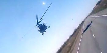 Экстремальный пролёт вертолёта над трассой Астрахань-Волгоград шокировал автомобилистов