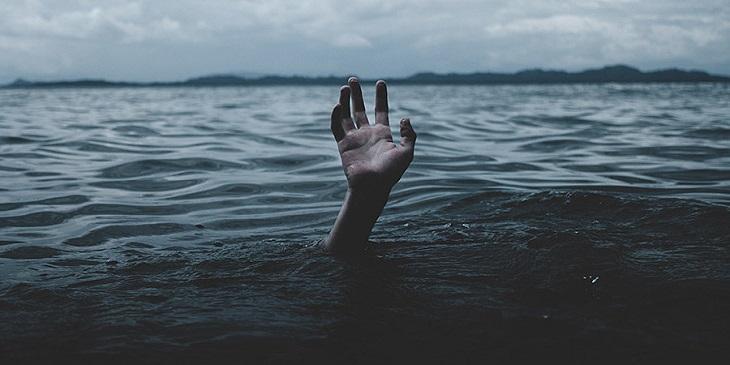 В Астрахани чуть не утонули трое молодых людей