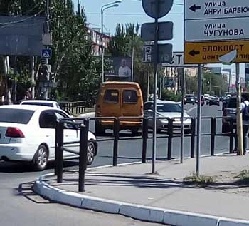 В Астрахани из внезапно открывшейся задней двери маршрутки выпала пассажирка