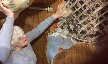 В Астрахани пенсионерке советуют самостоятельно отремонтировать опасную квартиру в разрушающемся доме-памятнике