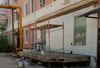 В Астрахани снесли инородную часть пятиэтажного дома