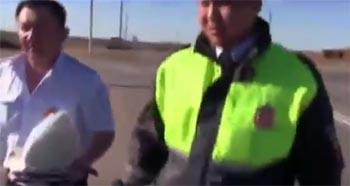 Сотрудник ДПС в Астраханской области выбил камеру из рук снимавшего его водителя