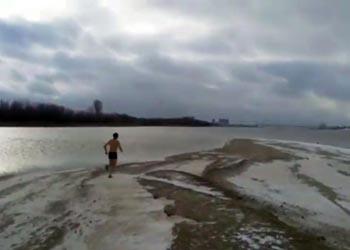 Астраханские моржи продолжают нырять в ледяную Волгу
