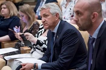 Леонид Огуль причастен к введению в России дополнительного выходного
