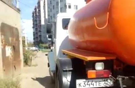 Астраханка застукала водителя ассенизатора, незаконно сливающего дерьмо