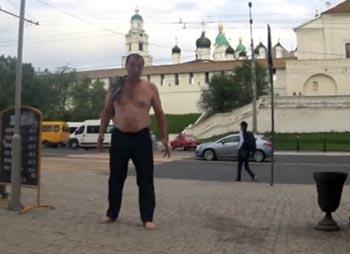 У астраханского кремля дрались южанин, славянин и полуголый пьяница