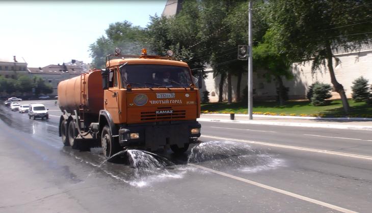 Астраханские коммунальщики охлаждают асфальт