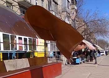 У рынка на Софьи Перовской ураганный ветер смахнул крышу