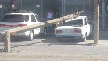 """В Трусовском районе сбитый грузовиком столб приземлился на """"семерку"""""""