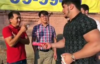 Астраханские прохожие меняли сигареты на бананы и йогурт