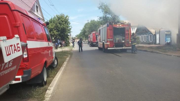 В Трусовском районе сгорел деревянный дом