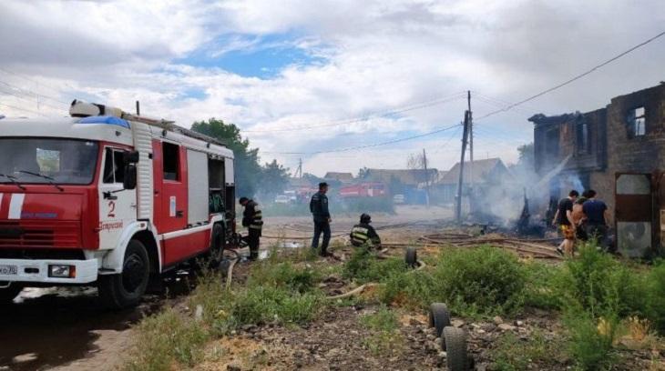 На Иртышской сгорели дом, сарай и машина