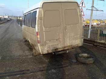 """На дороге """"Астрахань - Марфино"""" отвалившееся от маршрутки колесо травмировало дорожного рабочего"""