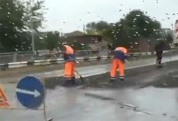 Астраханские рабочие укладывали асфальт в дождь
