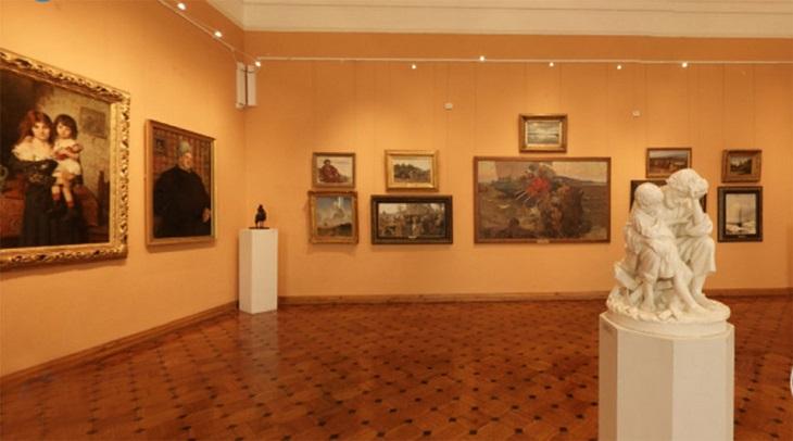 Астраханцы посещают картинную галерею дома