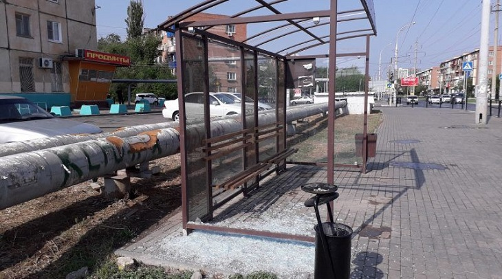 В Астрахани разгромлен ещё один остановочный комплекс