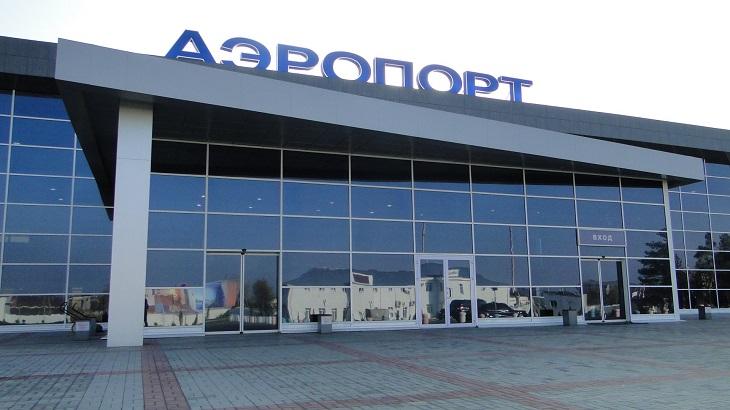 Всем вылетающим из Астрахани волонтёры измеряют температуру