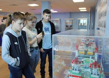 Астраханские сироты знакомятся с профессией «судостроитель»