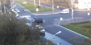 В Астрахани перевернулась маршрутка, водитель которой нарушил правила, о чём свидетельствует видео