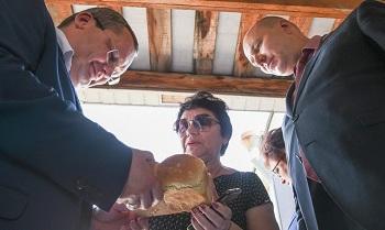 Тонны хлеба, рыбы, овощей. Игорь Мартынов посетил Камызякский район