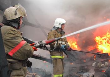 В Астрахани сгорели жилой дом с сараем