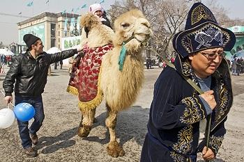 «Я тут явно чужой». Грязь, пустота и верблюды: что увидел россиянин на каспийском берегу Казахстана