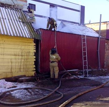 В центральном районе Астрахани произошёл пожар: неизвестные подожгли частный дом