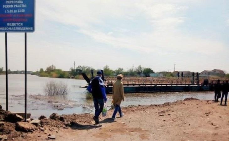 Понтон через реку Царев в Астрахани поплыл