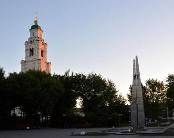 На детской площадке в центре Астрахани поставили большой мусорный бак