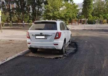 В Астрахани дорожники при укладке асфальта постеснялись побеспокоить владельца иномарки