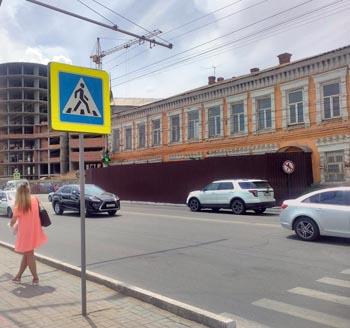 Рядом с разрушенным домом в Астрахани появился новый пешеходный переход