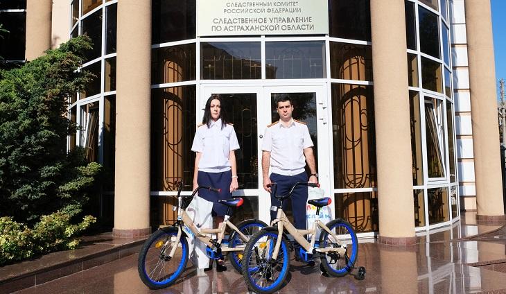 Астраханские следователи подарили подшефным детям велосипеды