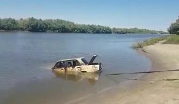 """В Астрахани достали из реки """"Жигули"""". Видео"""