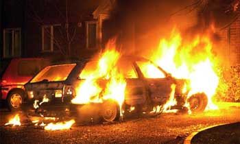 За истекшие сутки в Астрахани горели автомобиль, две дачи и торговый павильон с соседним домом