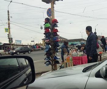 В Астрахани светофор превратили в прилавок