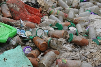 На окраине Астрахани обнаружена незаконная свалка продуктов консервного комбината