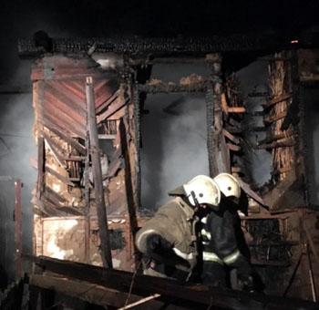В Астрахани сгорели автомобиль, грузовой прицеп и дом